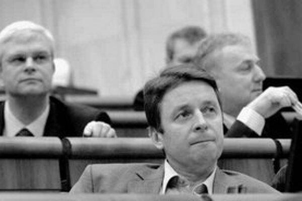 Parlament včera schválil novelu zákona o regulácii v sieťových odvetviach. Skupina opozičných poslancov na čele s Ivanom Miklošom (na snímke) ju považuje za protiústavnú a vraj pomôže siedmim veľkým odberateľom energií vymôcť od štátu niekoľko miliárd kor