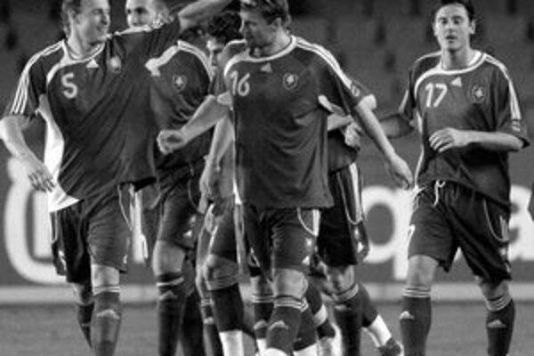 Ján Ďurica (vľavo) blahoželá strelcovi prvého gólu Martinovi Jakubkovi. Za Ďuricom je Róbert Vittek, Filip Hološko a úplne vpravo Balázs Borbély. Slovensko hralo s Poľskom 2:2.