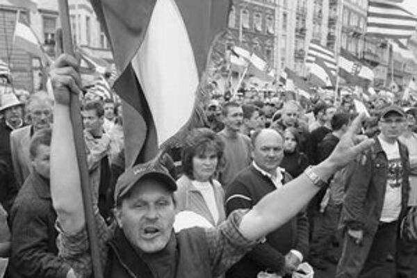 Chystajú sa na parlament? Demonštranti pri vlaňajších protivládnych protestoch.
