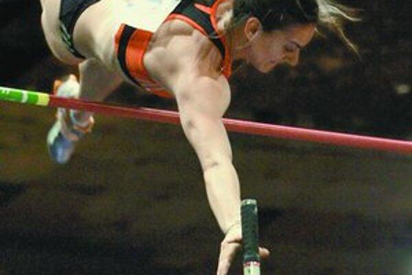 Jelena Isinbajevová vo chvíli prekonávania jubilejného, už dvadsiateho svetového rekordu. Dvadsaťštyriročná Ruska má už všetky tituly: z olympiády (2004), letných MS (2005) aj zimných (2004 a 2006), letných (2006) a halových ME (2005).