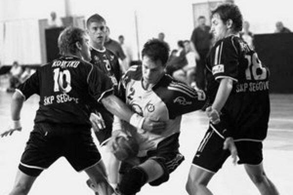 Dvojica sečovských hráčov Korytko (vľavo) a Brutovský sa snažia zastaviť prenikajúceho Košičana Mazáka. Snímka je z extraligového duelu Sečovce – Košice.