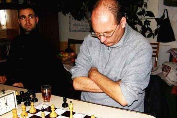 V najdramatickejšom zápase remizoval Peter Olláry zo Sv. Petra (na fotografii autora) s Jaroslavom Puchríkom.
