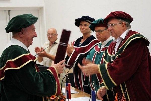 M. Karvaj (celkom vpravo) na akademickej pôde.