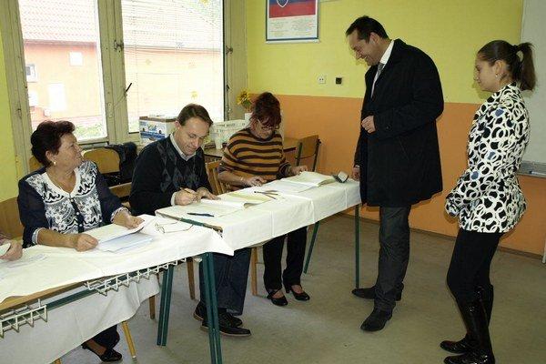 Otokara Kleina do volebnej miestnosti sprevádzala staršia dcéra.