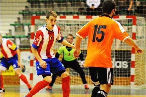 Autor jediného domácehop gólu Patrik Vašek (v pruhovanom) bráni súperovho útočníka Bahnu.