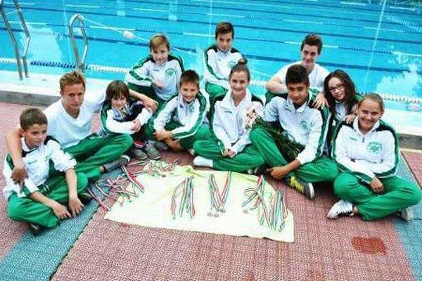 Pretekári PK Nové Zámky si takto rozložili množstvo medailí, ktoré získali na pretekoch v Maďarsku.