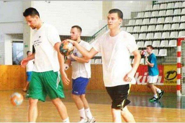 Zľava Pogány, Kocák, dorastenci Bízik a v pozadí Kaňák počas tréningu pri loptových cvičeniach.