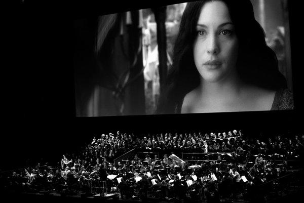 Veľkolepý projekt Lord of the Rings in Concert uvidia slovenskí diváci vbratislavskej Inchebe 20. júna. Populárnu trojicu filmov oPánovi prsteňov nakrútil režisér Peter Jackson. Prvú časť spodtitulom Spoločenstvo prsteňa uvedie 150-členný zbor sosólistkou Clarou Sanabras.