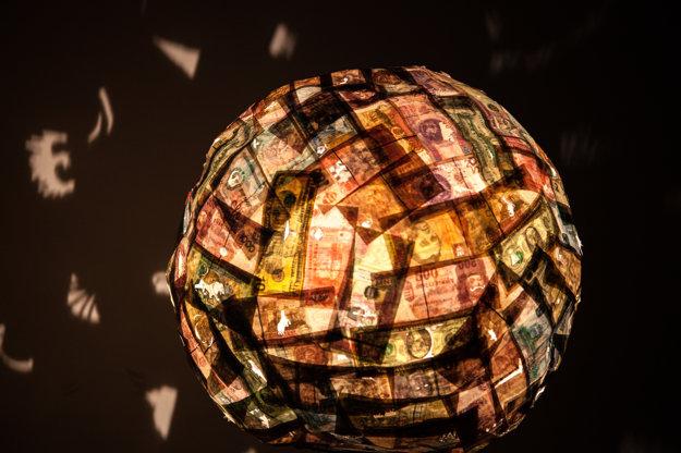 Anetta Mona Chisa a Lucia Tkáčová vytvorili svoje dielo z bankoviek.