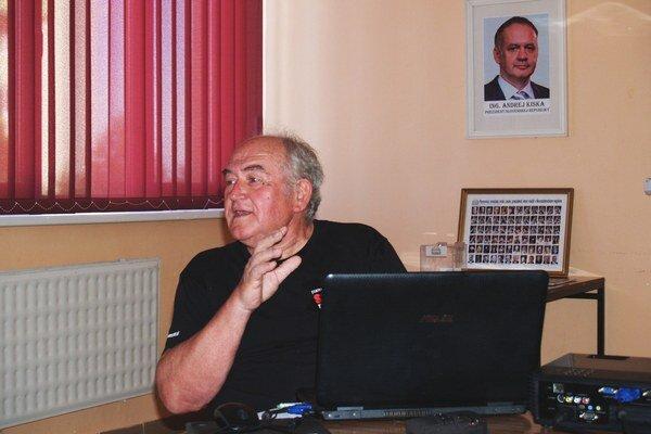 F. Daniel počas prednášky.