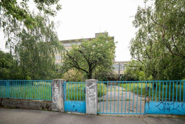 Budova bývalej chemickej priemyslovky na Račianskej ulici v Bratislave. Bratislavský samosprávny kraj (BSK), ktorému budova patrí, dá objekt Nadácii Cvernovka do dlhodobého prenájmu.