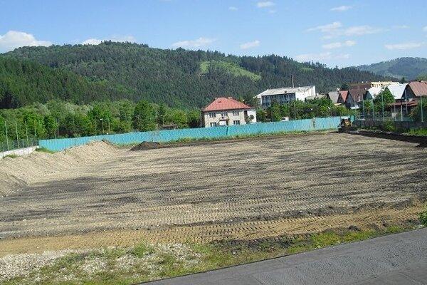 V súčasnosti prebiehajú na ihrisku zemné práce.