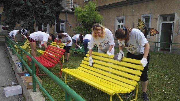 Nový dizajn lavičiek domova v Báhoni.