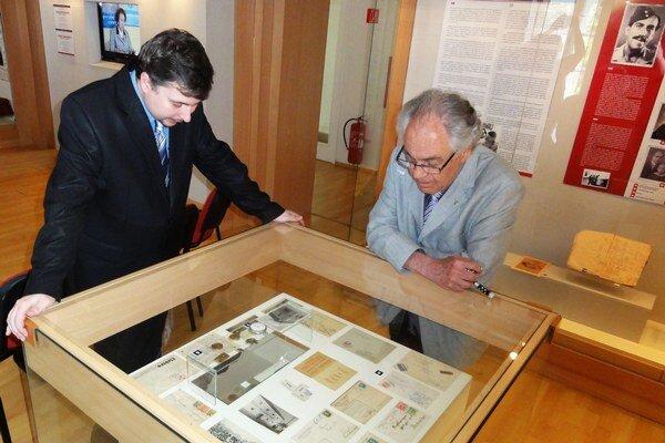 Tomáš Lang (vpravo) s kurátorom výstavy Pavlom Rusnákom.