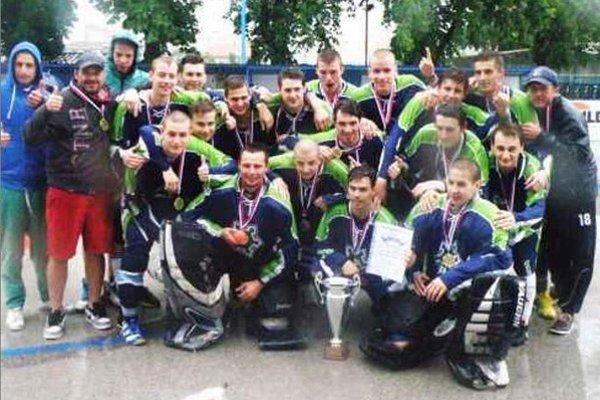 Spoločná fotografia víťazov po slávnostnom vyhodnotení turnaja a odovzdaní cien.