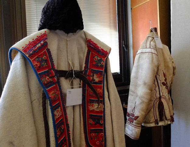 Mužský kabát cez plecia s názvom širica.