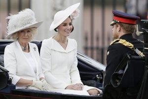 Vojvodkyňa z Cambridge, Kate, vojvodkyňa z Cornwallu, Camilla a princ Harry.