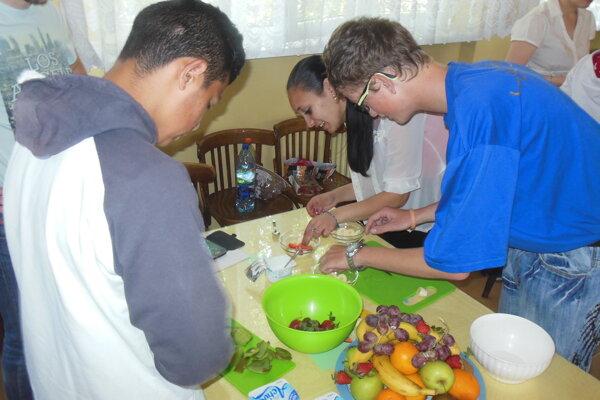 Žiaci pripravovali aj ovocný pohár.