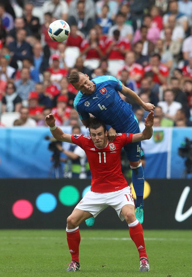 Ďurica (vo vzduchu) zvádzal s hviezdnym Garethom Balem celý zápas tvrdé súboje.