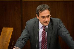 Poslanec NR SR za stranu SaS Jozef Rajtár sa na platby pre ministra vnútra Kaliňáka od firiem, kde figuroval Bašternák pýtal už niekoľko dní pred vypuknutím kauzy.