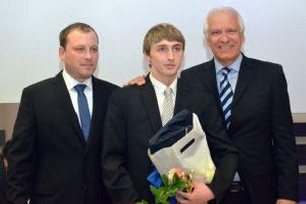 Tomášovi Grusmannovi k zaradeniu do najlepšej jedenástky blahoželal Dušan Galis a prezident TFZ Roman Horák.