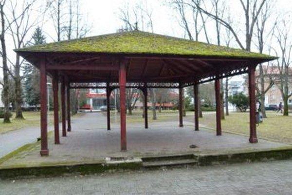 Vo Hviezdoslavovom parku. Altánku práve chýba jeden predný stĺpik.