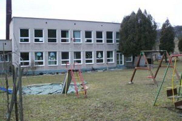 V Podhradí je jedna trieda škôlkarov na prízemí bývalej základnej školy, druhá by mohla vzniknúť na poschodí.