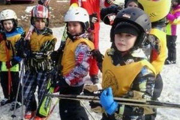 Deti zo ZŠ na Jahodníckej ulici absolvovali lyžiarsky výcvik minulý týždeň.