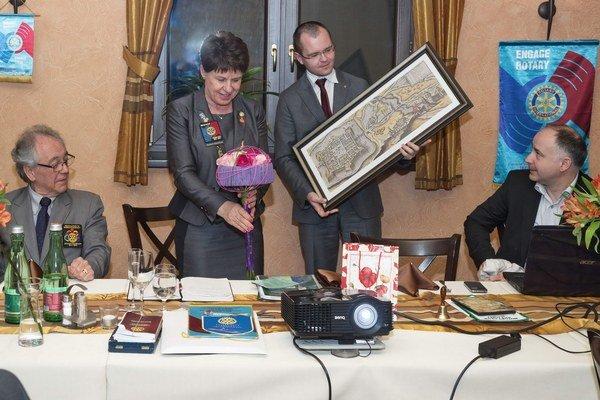 Guvernérku potešil obraz s motívom mesta, ktorým ju v mene klubu obdaroval Gabriel Katona.