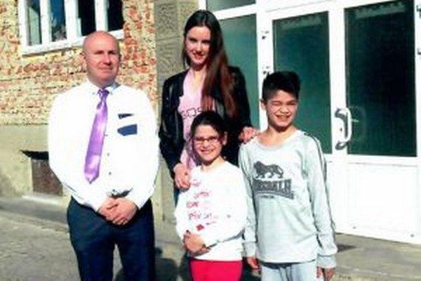 Nikola Kvasnicová s riaditeľom DaD v Martine Róbertom Gottliebom v Detskom domove Martin.
