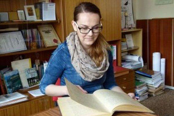 Matrikárka Bibiana Truchlíková listuje v miestnej kronike.
