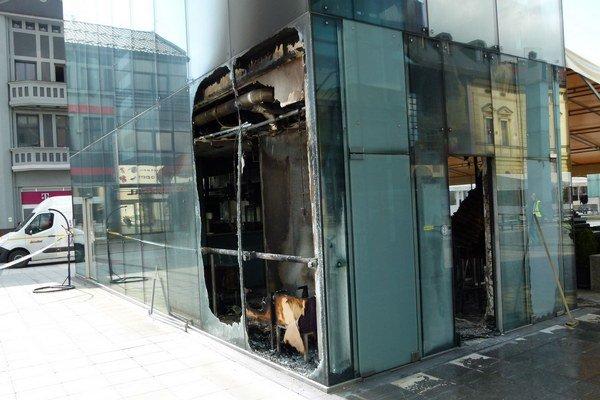 Záber na vyhorenú kaviareň.