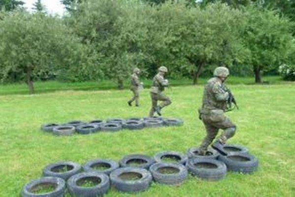 Dobrovoľní vojaci prejdú i takýmto výcvikom.