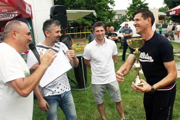 Zľava organizátor Roman Mrázik, mestskí poslanci Peter Košťál, Peter Oremus a Dima Korman z tímu víťazov.