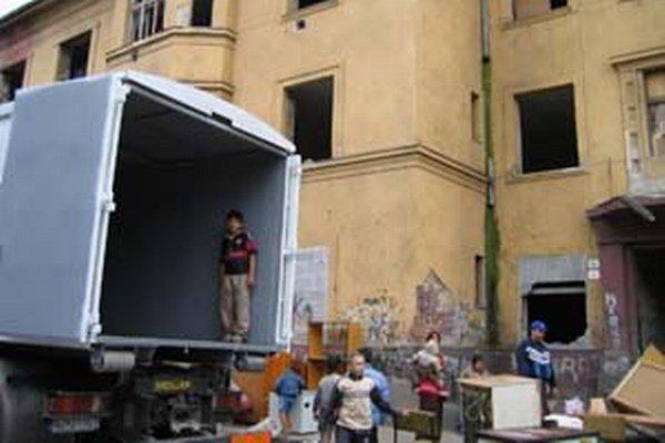 Sťahovanie obyvateľov z predchádzajúcej zdevastovanej bytovky na Kasárenskej.