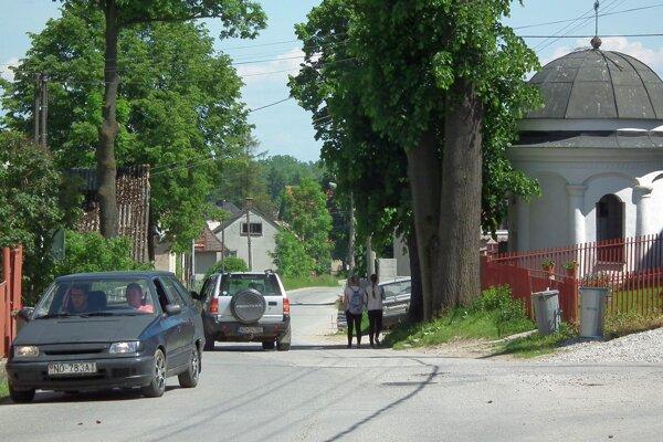 V dedine stakmer 2400 obyvateľmi sa autá delia ocestu schodcami.