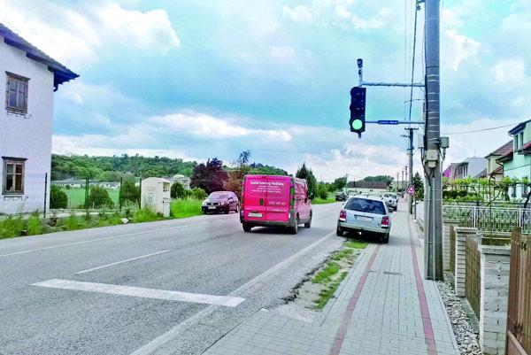 Semafor v obci slúži ako radar. Ak prekročíte povolenú rýchlosť, rozsvieti sa červená.