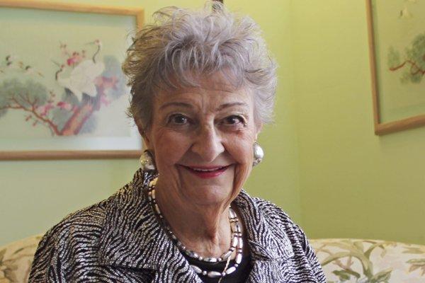 Na archívnej snímke z roku 2011 Margaret Vinciová Heldtová pózuje vo svojom byte v americkom Elmhurste.