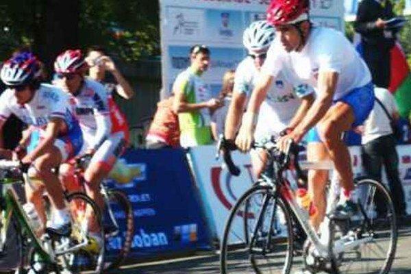 Roland Nosian (v červenej prilbe) počas pretekov s hromadným štartom.