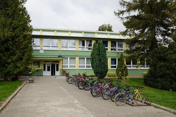 Pred základnou školou.