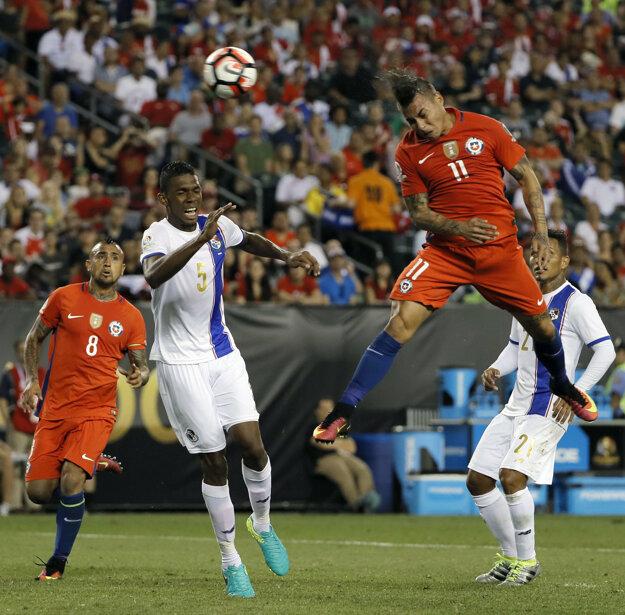 Čiľan Eduardo Vargas (11) dáva gól.