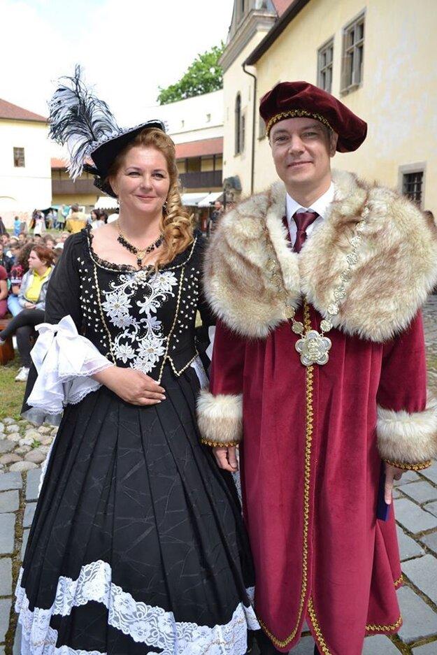 Riaditeľka festivalu Anna Jurgovianová a primátor mesta Kežmarok Ján Ferenčák v dobovom oblečení.