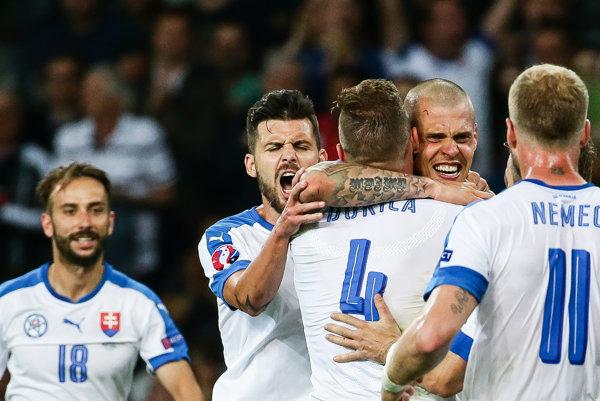 Naši futbalisti sa tešia z víťazstva nad Ruskom.