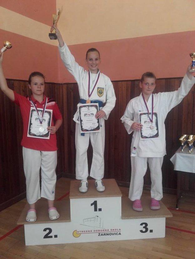 Aneta Pechotová (v strede) so zlatou medailou.