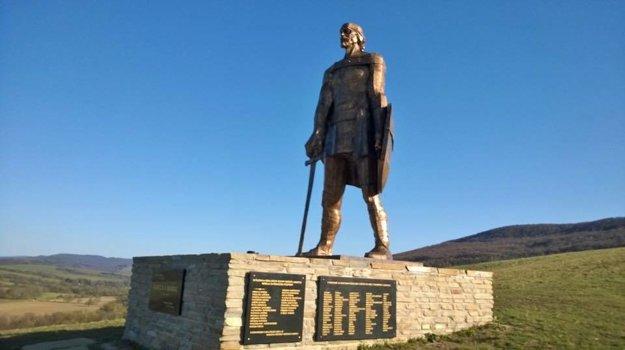 Socha kniežaťa Laborca nad obcou Habura