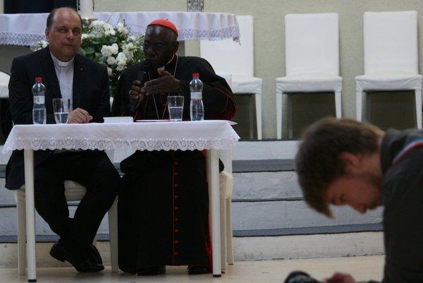 Kardinálovi guinejského pôvodu Robertovi Sarahovi prekladal fanúšik Mariana Kotlebu kňaz Ján Košiar.