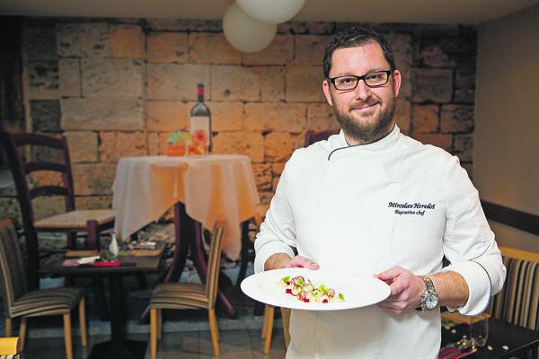 Miroslav Heredoš bol osem rokov šéfkuchárom v špičkových reštauráciách, stážoval u Jamieho Olivera, dvakrát ho zaradili medzi 20 Trend Top šéfkuchárov na Slovensku, dva roky bol spolumajiteľom reštaurácie, vydal kuchársku knihu a rok poskytuje šéfkuchárske konzultačné poradenstvo v gastronómii.