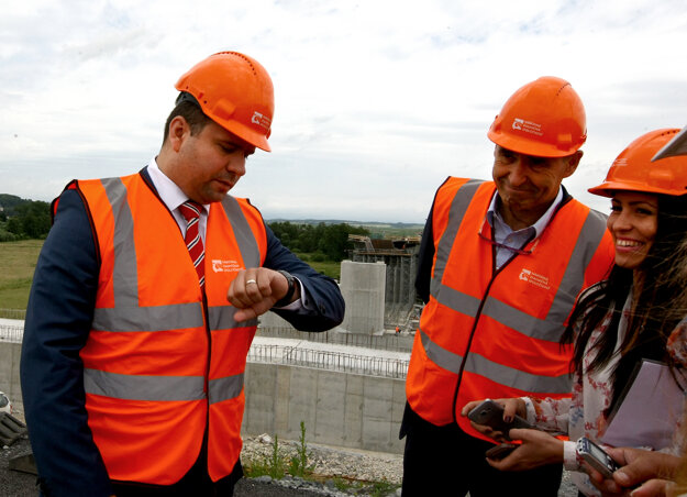 Riaditeľ NDS Róbert Auxt (vľavo) skontroloval stavbu.