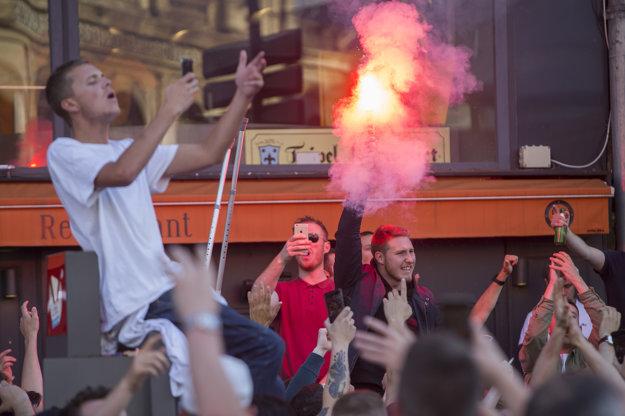 Anglickí fanúšikovia v Lille použili aj svetlice.