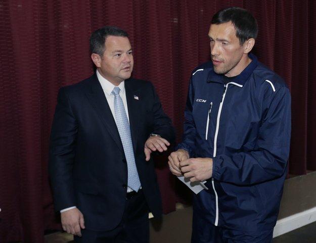Pavel Daciuk odchádza po skončení tlačovej konferencie spolu so svojim agentom Danom Milsteinom.
